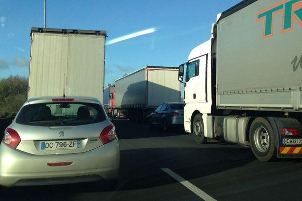 Des bouchons sur l'A16 ce matin, vers 11 heures, aux abords du port de Calais.