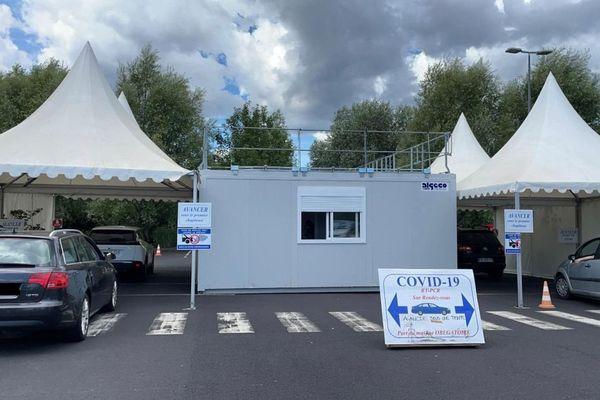 Dans ce drive de dépistage du COVID à Clermont-Ferrand, depuis fin juillet, le nombre de tests pratiqués a augmenté.