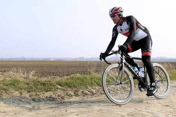 Fabian Cancellara en reconnaissance ce jeudi 4 Avril sur le secteur pavé d'Haveluy