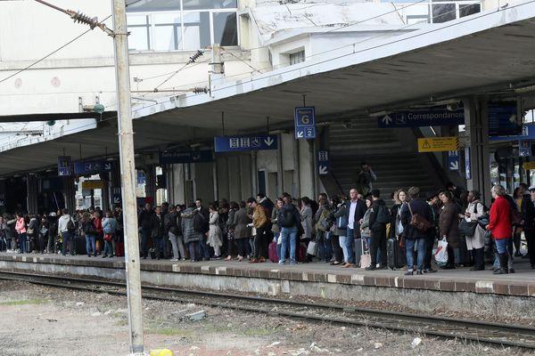 Les voyageurs attendent un train pour Strasbourg en gare de Mulhouse, le 3 avril.