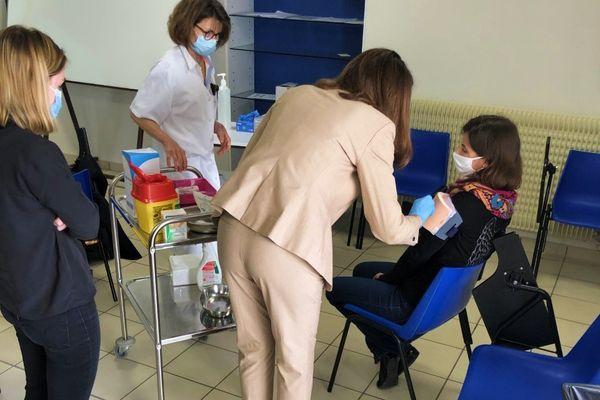 On simule la piqûre, comme si on vaccinait un vrai patient.
