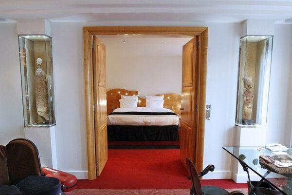 Une chambre dans un luxueux hôtel de la capitale.
