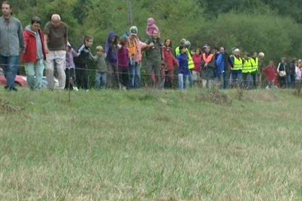 Les écologistes ont formé une chaîne humaine aux alentours de la zone humide qu'ils souhaitent préserver.