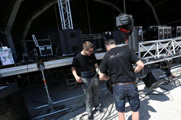 Outre les artistes, musiciens, comédiens, les ingénieurs du son, éclairagistes, techniciens, des dizaines de métiers relèvent du régime des intermittents du spectacle.