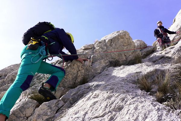 Après l'apprentissage des techniques de base, on commence à grimper.
