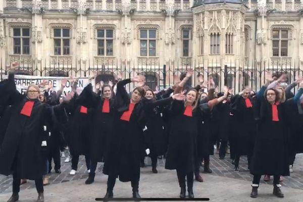 Les avocats du barreau de Rouen manifestent contre la réforme des retraites en chantant et en dansant.