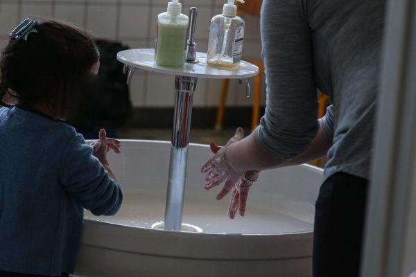 Se laver les mains régulièrement, respecter la distanciation sociale... certains gestes barrière sont plus faciles que d'autres à mettre en place avec les petits. Les enseignants volontaires au contact des enfants de soignants, demandent à être mieux protégés.