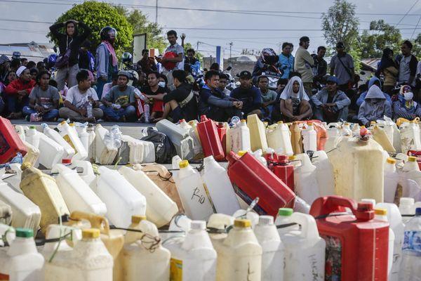 Attente pour le carburant à la station service de Palu, Indonésie (1er octobre 2018)