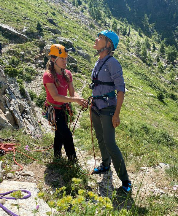 Nathalie s'essaye à l'escalade avec Marine, la première femme guide de haute montagne des Alpes-Maritimes