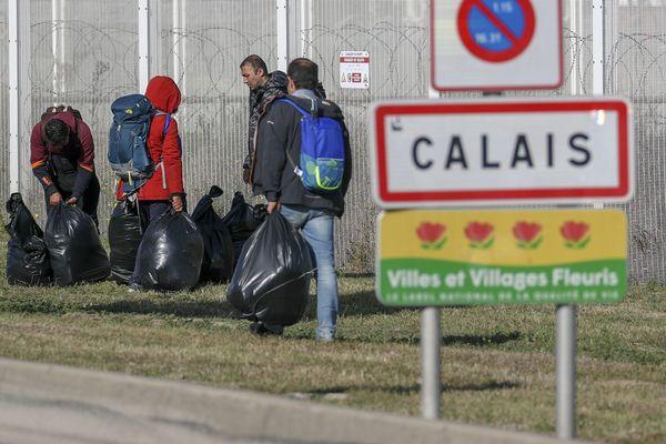La préfecture du Pas-de-Calais prolonge, jusqu'au 23 août 2021, inclus l'interdiction de distribuer gratuitement boissons et denrées alimentaires aux migrants dans certains secteurs de Calais.