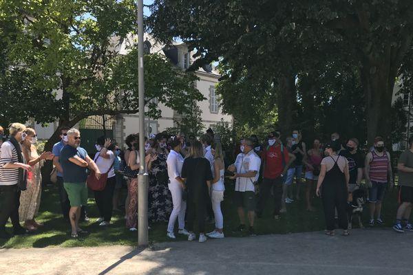 Les professionnels de la nuit à La Roche-sur-Yon pour manifester leur désarroi face à l'obligation qui leur est faite de fermer leurs discothèques jusqu'au 21 septembre