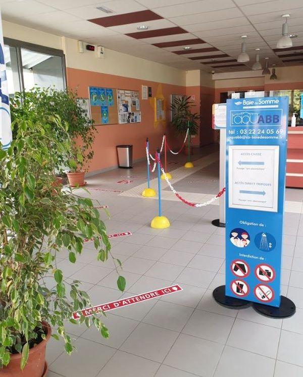 Mesures sanitaires renforcées et distanciation sociale à la piscine d'Abbeville.