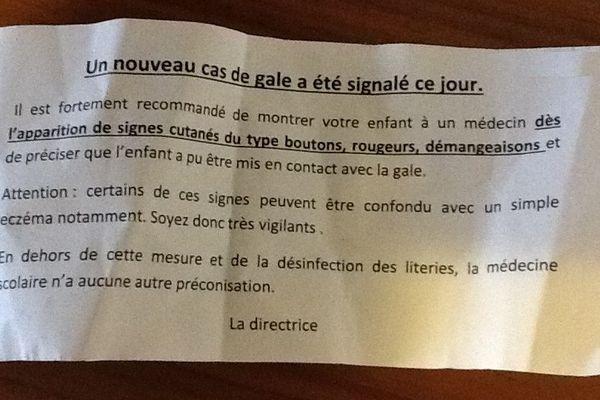 Le billet remis aux parents d'élèves pour les informer qu'un cas de gale a été signalé.