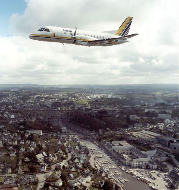 Un avion de Brit Air survolant Morlaix en 1987