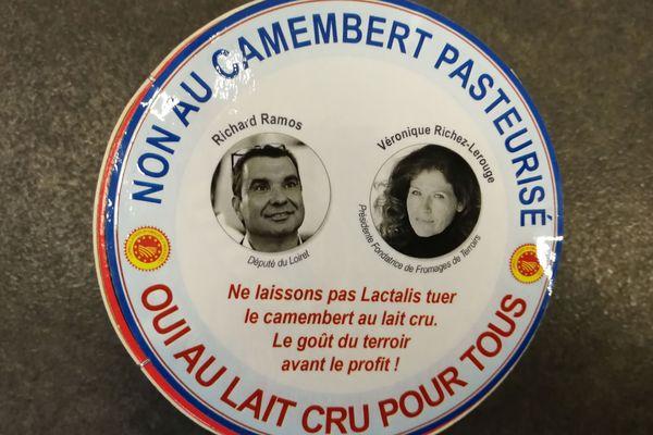Le député Richard Ramos et Véronique Richez-Lerouge, présidente de Fromages de Terroir, inondent l'Assemblée nationale de camemberts le 13 mars