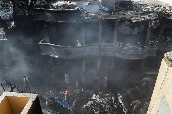Des secouristes sur les lieux du crash à Karachi