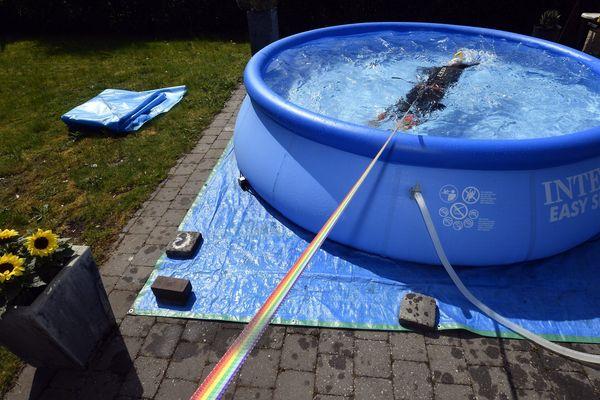 Un triathlète s'entraîne dans sa piscine à son domicile.