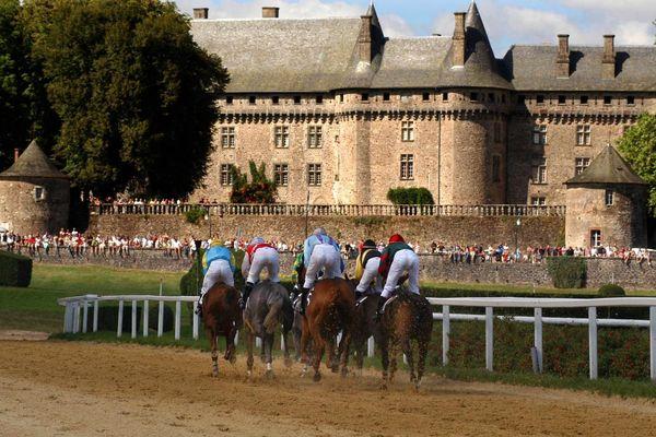 L'hippodrome de Pompadour accueille 11 réunions de courses par an. Celle du 15 août, jour de grand cross, rassemble 5 000 spectateurs.