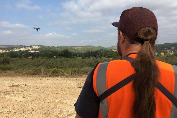 Ce drone vole toutes les 20 minutes, à 150 mètres de hauteur et à 30 mètres de l'autoroute.
