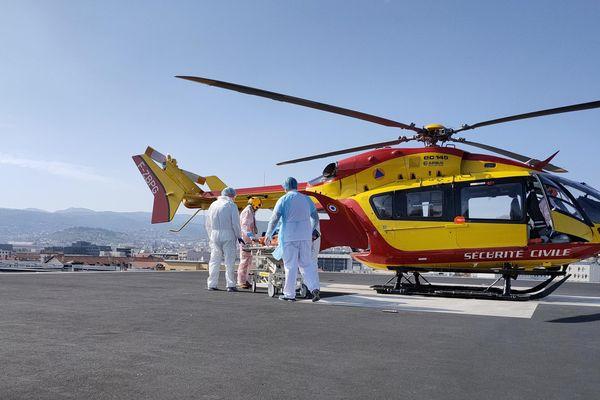Pour assurer le transfert des patients, des moyens aéroportés exceptionnels sont mobilisés : avions, hélicoptères Sécurité civile et hélicoptères militaires.