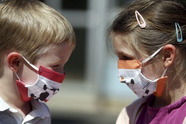 L'artiste Stéphane Bolongaro offre des masques Super Totor à des enfants azuréens pour lutter contre le coronavirus.