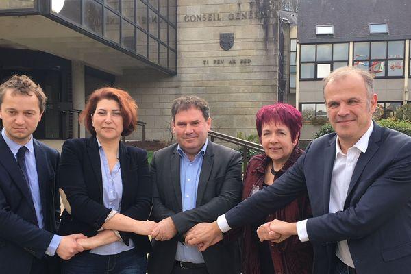 les élus départementaux Maël de Calan, Nathalie Sarrabezolles,Christian Troadec, Armelle Huruguen et Yvan Moullec affichent leur unité pour le désenclavement du Finistère