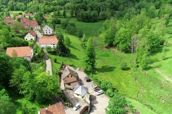 Une vue aérienne du petit village de Blancherupt. L'église se trouve au fond à gauche.