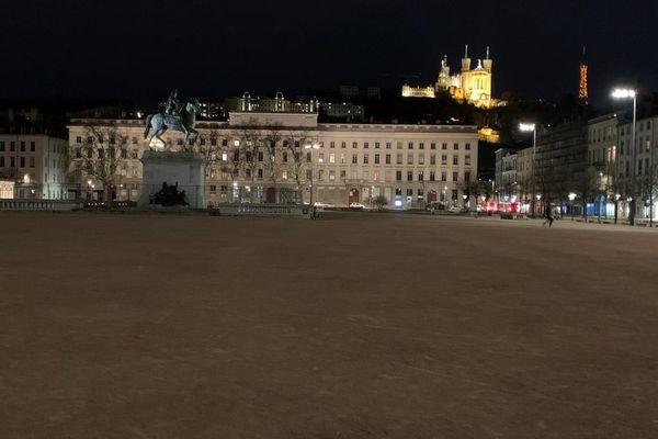 Si certains quartiers de Lyon restent fréquentés le soir, ce 27 février la place Bellecour est déserte à partir de 18h30