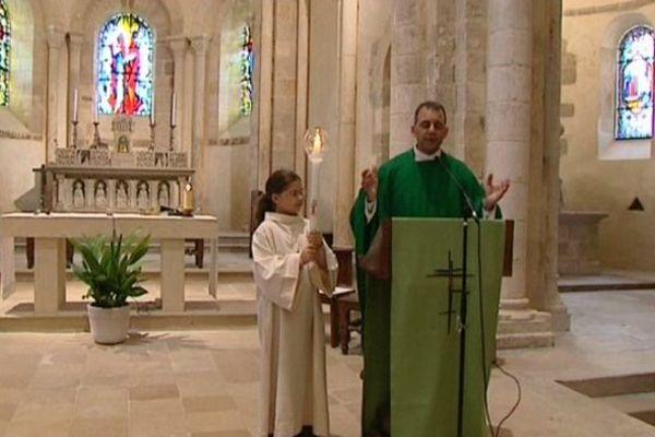 le prêtre Albert Al Nassar devant ses fidèles ce matin à Saint-Amand-Montrond