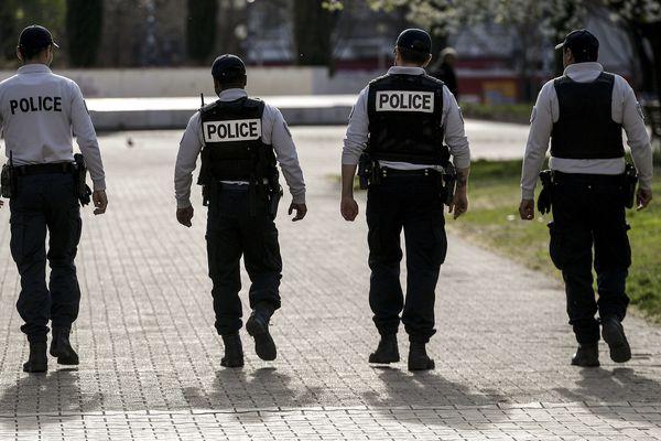 Policiers lors du premier jour de confinement à Lyon