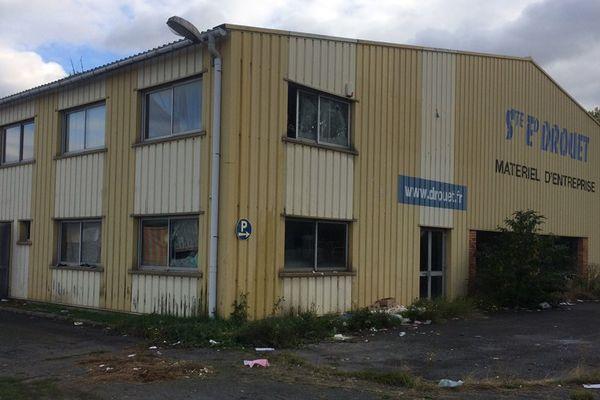 Depuis janvier dernier, ce bâtiment désaffecté situé sur la Presqu'île de Caen est occupé par une petite quarantaine de migrants et demandeurs d'asile.