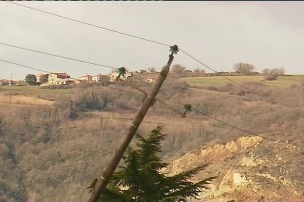 Le vent a causé des dégâts dans les départements de la région Auvergne Rhône-Alpes ... plusieurs milliers de foyers étaient toujours privés d'électricité ce jeudi matin (7/3/19). Ici dans la Drôme