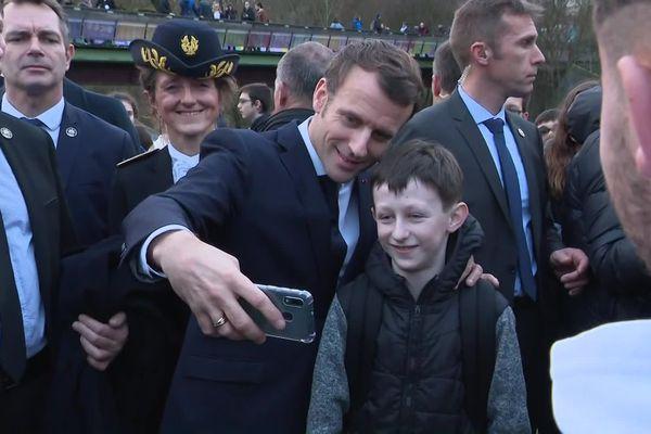Emmanuel Macron enchaîne les selfies dans les rues d'Angoulême, protégé par un important dispositif de sécurité.