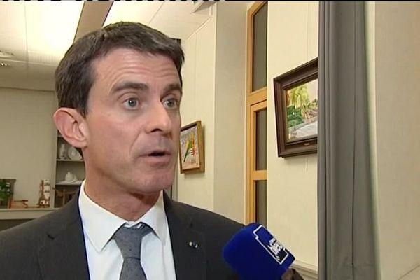 Les salariés de GM&S Industry de La Souterraine attendent de pied ferme Manuel Valls lors de son meeting à Boisseuil