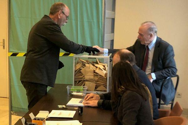 A Biguglia les derniers bulletins de vote sont glissés dans l'urne, à 17h50, sous le regard du maire sortant, Sauveur Gandolfi-Scheit.