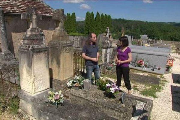 Devant la tombe d'Antoine de Tounens Roi d'Araucanie, à Tourtoirac en Dordogne.