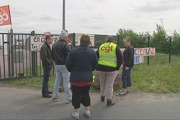 Le piquet de grève devant l'entreprise Gringore de Ifs, dimanche 12 mai 2013