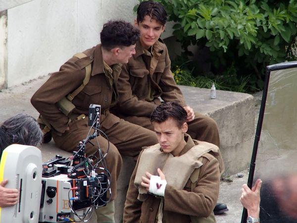 """Harry Styles, lors des premiers essais pour """"Dunkirk"""", aux côtés d'Aneurin Barnard et Fionn Whitehead."""