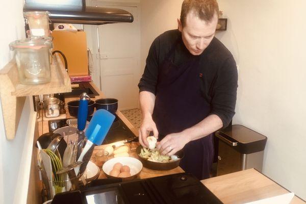 Le chef Stéphane Cunin pendant un atelier de video-cuisine chez lui à Pau.
