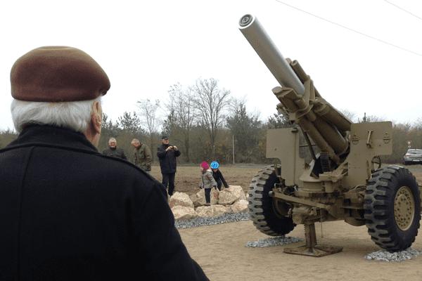Le canon 155H-M1 américain restauré et installé sur les lieux des combats de la Hardt, qui ont débuté le 28 novembre 1944.