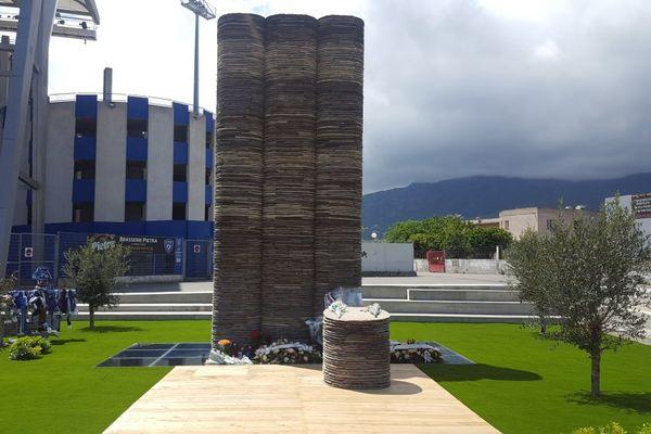 La stèle à la mémoire des victimes de la catastrophe de Furiani du 5 mai 1992, devant le stade Armand Cesari (Haute-Corse)