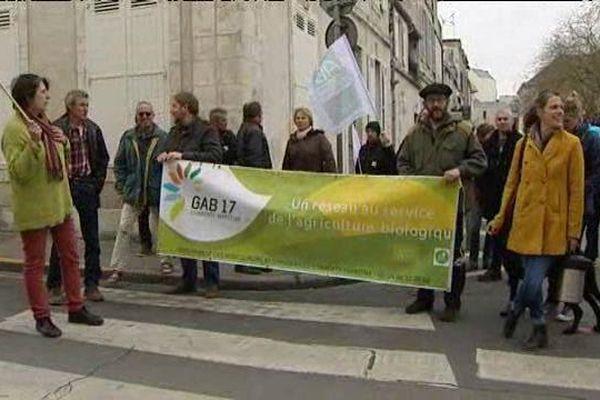 A La Rochelle, quelques agriculteurs bio ont manifesté cet après-midi pour dénoncer le retard de paiement des aides
