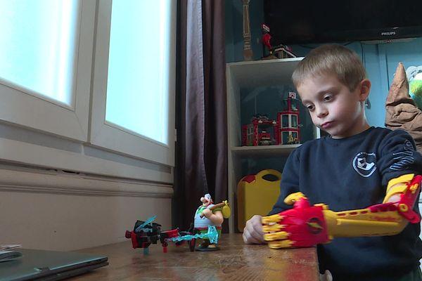 Maximilien, 8 ans, porte une prothèse fabriquée grâce à une imprimante 3D