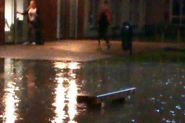 Une rue de Saint-Lô noyée sous l'orage dans la nuit de jeudi à vendredi