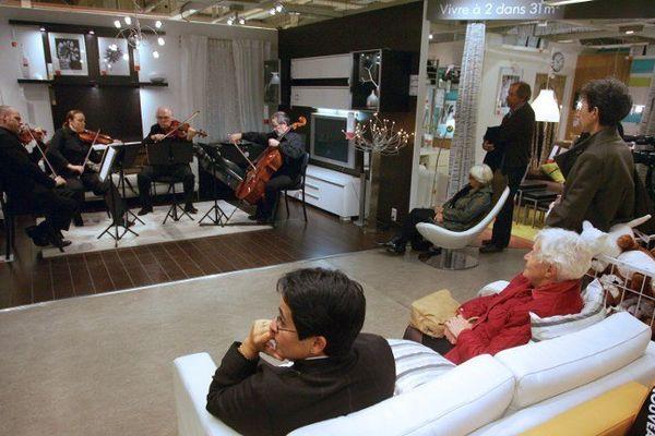 Des musiciens de l'Orchestre National Bordeaux Aquitaine se produisent dans un magasin d'ameublement