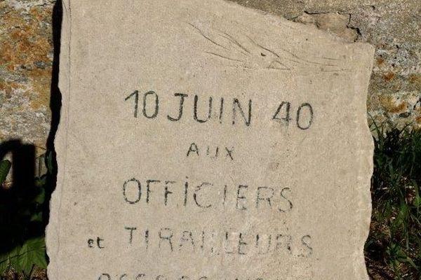 Plaque commémorative du massacre du 10 juin 1940 devant la ferme d'Eloge, lieu de résistance.