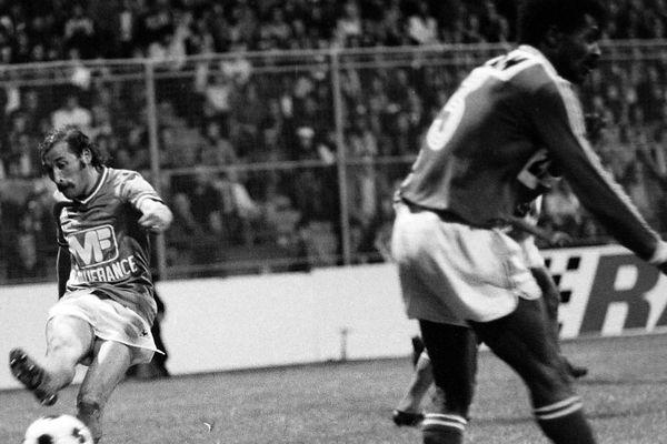 Patrick Revelli, le 4 mai 1976 lors d'un match de première division contre Nîmes au stade Geoffroy-Guichard. L'AS Saint-Etienne avait gagné ce jour-là 5 buts à 2.Photo d'archives.