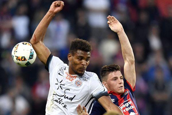 Le Montpelliérain Steve Mounié à la lutte avec Frédéric Guilbert lors de la victoire du MHSC 2-0 face à Caen - 8 avril 2017