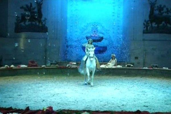 Le spectacle fait rimer équitation et féérie.