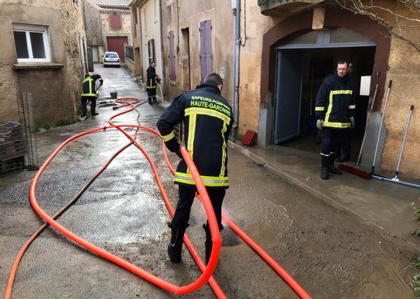 Ce vendredi 24 janvier, les pompiers commencent à nettoyer le centre-ville de Puichéric, inondé jeudi